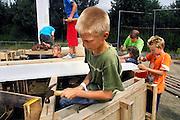 Nederland, Millingen, 7-8-2007..Kinderbouwdorp in de wijk Lindenholt. Tijdens de laatste week van de grote vakantie wordt voor de kinderen uit de wijk een bouwdorp georganiseerd, waar ze in groepen met afvalhout een bouwwerk in elkaar zetten...Foto: Flip Franssen/Hollandse Hoogte