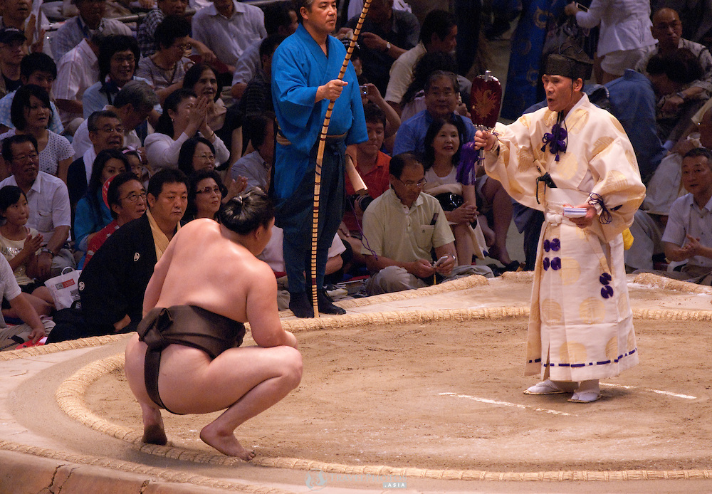 Yokuzuna ranked Mongolian Hakuho (Mönkhbatyn Davaajargal; left) after winning a bout against Ozeki ranked fellow-Mongolian Harumafuji (Davaanyamyn Byambadorj, right) in the controversial Nagoya summer Grand Sumo Tournament held on the 14th and second final day.