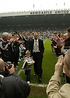 Photo: Andrew Unwin.<br /> Newcastle United v Chelsea. The Barclays Premiership. 07/05/2006.<br /> Newcastle's Alan Shearer (C) leaves the field through a guard of honour, formed by Newcastle players and club members.