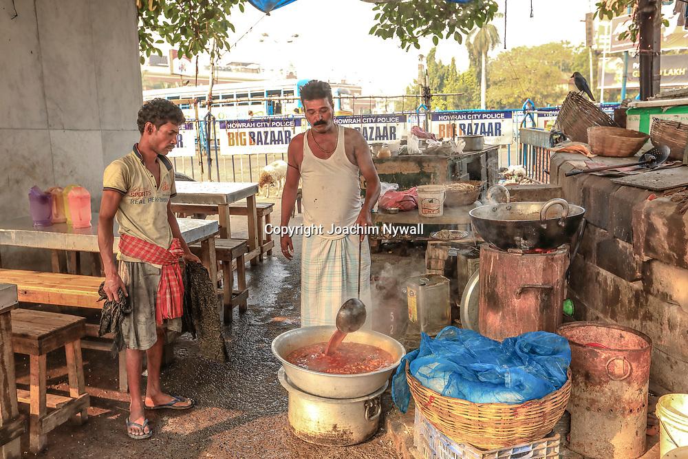 20171029 Kolkata Calcutta Indien<br /> Morgon vid Howrah järnvägsstationen <br /> Marknad frukost gatukök Chai taxibilar<br /> ----<br /> FOTO : JOACHIM NYWALL KOD 0708840825_1<br /> COPYRIGHT JOACHIM NYWALL<br /> <br /> ***BETALBILD***<br /> Redovisas till <br /> NYWALL MEDIA AB<br /> Strandgatan 30<br /> 461 31 Trollhättan<br /> Prislista enl BLF , om inget annat avtalas.