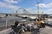 Nederland, Nijmegen, 20-04-2013De Nijmeegse stadsbrug De Oversteek wordt op pontons, die door stalen kabels gestuurd worden, over de Waal gelegd en  ingevaren naar zijn pijlers. Voor deze operatie is het scheepvaartverkeer op de drukst bevaren rivier van Europa gedurende 10 uur gestremd. De Oversteek is een boogbrug van 285 meter lang en 60 meter hoog en is de op een na langste hoofdoverspanning van Nederland, en de grootste boogbrug van Europa met een enkelvoudige boog. De nieuwe brug moet zorgen voor een betere spreiding en doorstroming van verkeer binnen de stad Nijmegen. Na 75 jaar is er eindelijk een tweede vaste oeververbinding voor de stad. De oude waalbrug krijgt vanaf eind dit jaar groot onderhoud, waarna de volle capaciteit van beide bruggen pas gebruikt kan worden.Foto: Flip Franssen/Hollandse Hoogte