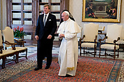 Staatsbezoek van Koning en Koningin aan de de Heilige Stoel in Vaticaanstad  /// State visit of King and Queen to the Holy See in Vatican City<br /> <br /> Op de foto / On the photo:  Koning Willem-Alexander en koningin Maxima in het Apostolisch Paleis in het Vaticaan op audientie bij paus Franciscus <br /> <br /> King Willem-Alexander and Queen Maxima in the Apostolic Palace in the Vatican on Audience at Pope Franciscus