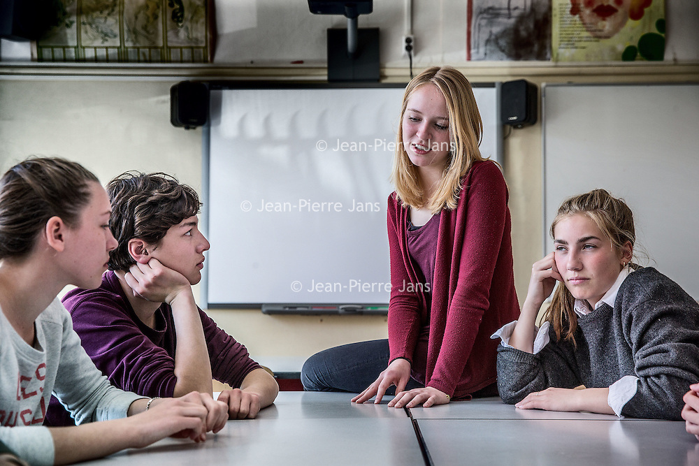 Nederland, Amsterdam, 21 april 2016.<br /> Leerlingen van 5VWO op het Berlage filsoferen tijdens de les filosofie gegeven door docent Jaron Schoone.<br /> <br /> Students during philosophy class at the Berlage Lyceum.<br /> <br />  Foto: Jean-Pierre Jans