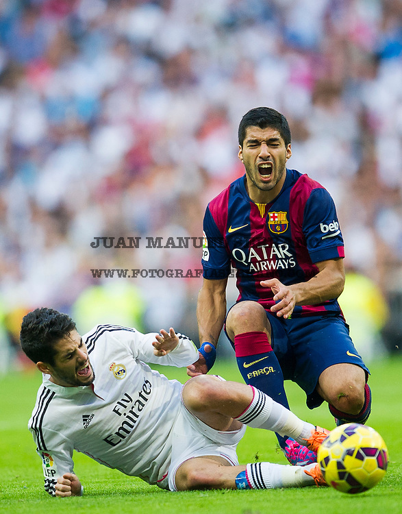 MADRID, SPAIN - OCTOBER 25:  Isco  ofReal Madrid duels for the ball with Luis SuarezofBarcelona during the La Liga match between Real Madrid CF and FC Barcelona at Estadio Santiago Bernabeu on October 25, 2014 in Madrid, Spain.  (Photo by Juan Manuel Serrano Arce/Getty Images) *** Local Caption *** Isco;Luis Suarez
