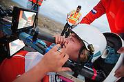 Lieske rijdt haar eerste volledige run in de VeloX V. Het Human Power Team Delft en Amsterdam (HPT), dat bestaat uit studenten van de TU Delft en de VU Amsterdam, is in Amerika om te proberen het record snelfietsen te verbreken. Momenteel zijn zij recordhouder, in 2013 reed Sebastiaan Bowier 133,78 km/h in de VeloX3. In Battle Mountain (Nevada) wordt ieder jaar de World Human Powered Speed Challenge gehouden. Tijdens deze wedstrijd wordt geprobeerd zo hard mogelijk te fietsen op pure menskracht. Ze halen snelheden tot 133 km/h. De deelnemers bestaan zowel uit teams van universiteiten als uit hobbyisten. Met de gestroomlijnde fietsen willen ze laten zien wat mogelijk is met menskracht. De speciale ligfietsen kunnen gezien worden als de Formule 1 van het fietsen. De kennis die wordt opgedaan wordt ook gebruikt om duurzaam vervoer verder te ontwikkelen.<br /> <br /> The Human Power Team Delft and Amsterdam, a team by students of the TU Delft and the VU Amsterdam, is in America to set a new  world record speed cycling. I 2013 the team broke the record, Sebastiaan Bowier rode 133,78 km/h (83,13 mph) with the VeloX3. In Battle Mountain (Nevada) each year the World Human Powered Speed Challenge is held. During this race they try to ride on pure manpower as hard as possible. Speeds up to 133 km/h are reached. The participants consist of both teams from universities and from hobbyists. With the sleek bikes they want to show what is possible with human power. The special recumbent bicycles can be seen as the Formula 1 of the bicycle. The knowledge gained is also used to develop sustainable transport.