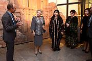 """Opening van de  tentoonstelling 'Petra. Wonder in de woestijn' in het Rijksmuseum van Oudheden in Leiden.<br /> <br /> Opening of the exhibition """"Petra. Miracle in the desert """"in the Museum of Antiquities in Leiden.<br /> <br /> Op de foto / On the photo :  Prinses Beatrix en de Jordaanse prinses Sumaya bint El Hassan en Dana Firas  bekijken de tentoonstelling / Princess Beatrix and Jordan's Princess Sumaya bint El Hassan and Dana Firas View the exhibition"""