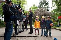 17 MAI 2010, BERLIN/GERMANY:<br /> Kristina Schroeder, CDU, Bundesfamilienministerin, gibt einigen Journalisten ein Interview, Besuch des INA.KINDER.GARTEN, Campus der Charite<br /> IMAGE: 20100517-01-004<br /> KEYWORDS: Kind, Kinder, Kristina Schröder, Kindergarten, Kita