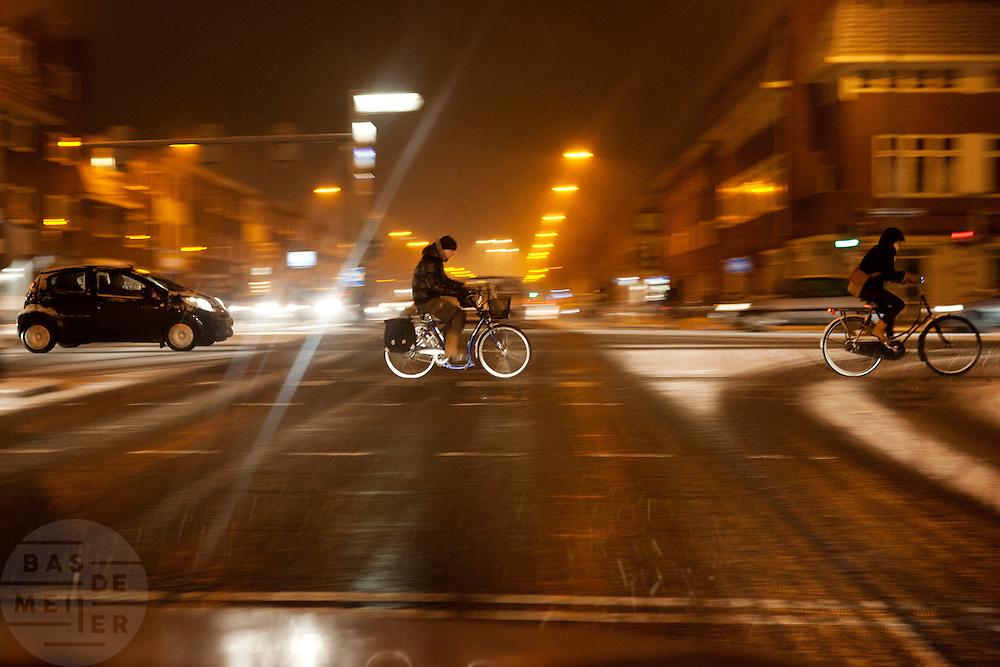 Fietsers rijden op de Amsterdamsestraatweg in Utrecht door de sneeuw.<br /> <br /> Cyclists are riding in the snow