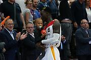 Basketball: Supercup, Deutschland - Russland, Hamburg, 18.08.2017<br /> Dennis Schroeder (GER) mit seinem Neffen<br /> © Torsten Helmke