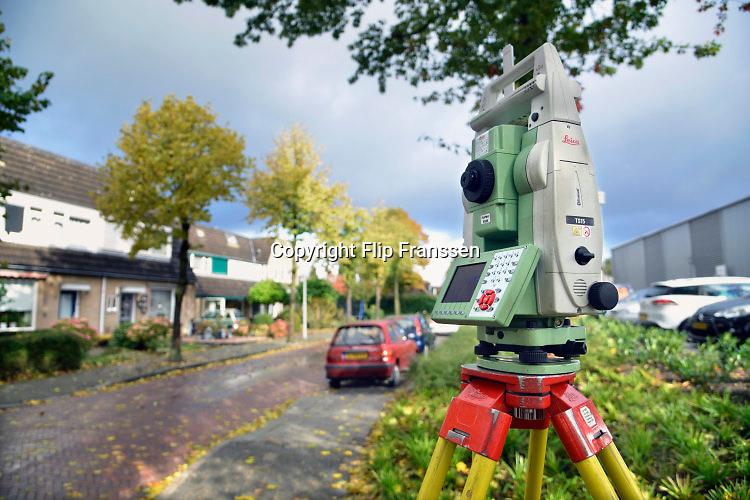 Nederland, Weurt, 19-10-2016Een landmeter meet een object op een perceel grond met een teodoliet .Foto: Flip Franssen