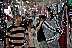 Caracterizado como um complexo de lojas populares, o Shopping do Porto apresenta em sua infraestrutura mais de 800 lojas no ramo de vestuário, acessórios e artigos eletrônicos, bem como praça de alimentação e serviços. O camelódromo conta ainda com terminais de ônibus para linhas urbanas e metropolitanas. FOTO: Marcos Nagelstein/Preview.com
