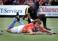 Hockey: Europacup I voor mannen. finale: Bloemendaal-Harvestehude(Duitsl.) 3-1. Speler van het toernooi, Teun de Nooijer, gaat onderuit tegen de Duitser Michael Green.