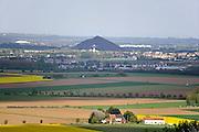 Frankrijk, Vimy, 11-5-2013De afvalbergen van de steenkoolmijnen in Lens, noord-frankrijk.Foto: Flip Franssen/Hollandse Hoogte