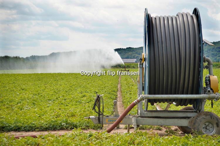 Nederland, Leuth, 31-7-2019 Een boer beregent zijn akker nat dmv een waterkanon. Het water wordt uit een put in de grond opgepompt en is dus grondwater.Foto: Flip Franssen