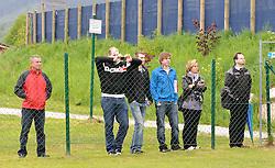 19.05.2010, Arena, Irdning, AUT, FIFA Worldcup Vorbereitung, Training England, im Bild ein Feature mit Fans außerhalb des Platzes, EXPA Pictures © 2010, PhotoCredit: EXPA/ S. Zangrando / SPORTIDA PHOTO AGENCY