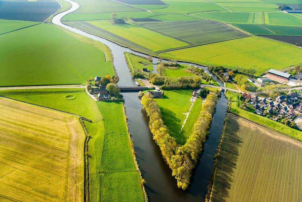 Nederland, Friesland, Gemeente Kollumerland en Nieuwkruisland, 04-11-2018; Munnekezijl, genoemd naar de sluis (zijl) in Munnikezijlsterried, uitwaterende sluis. Monumentale spuisluis met met de Nieuwe Friese Brug.<br /> Monumental and historical sluice, north Netherlands.<br /> luchtfoto (toeslag op standaard tarieven);<br /> aerial photo (additional fee required);<br /> copyright © foto/photo Siebe Swart