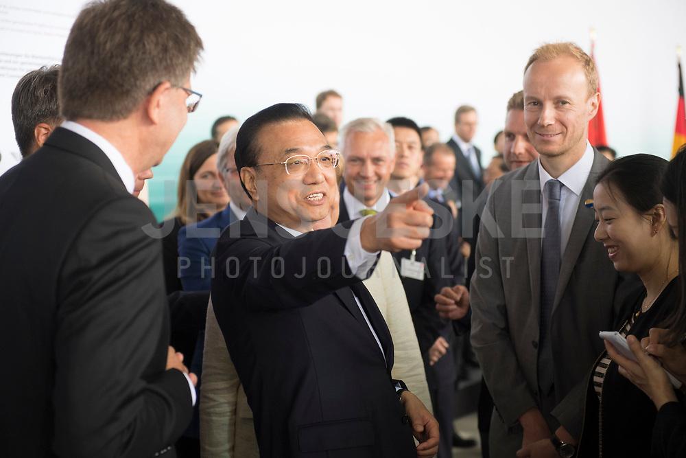DEU, Deutschland, Germany, Berlin, 10.07.2018: Li Keqiang, Ministerpräsident von China, während einer Präsentation zum autonomen Fahren im Flughafen Tempelhof.