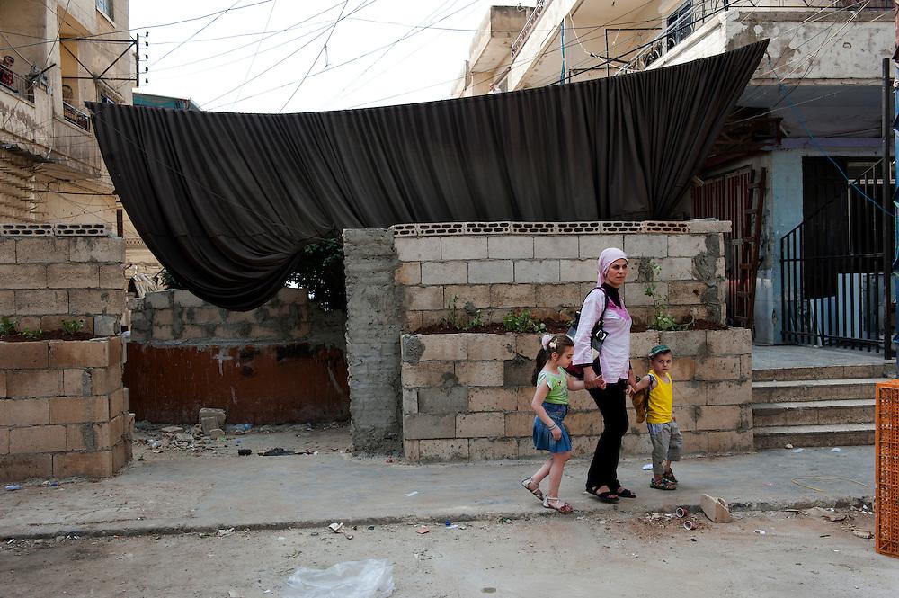 The Alawite district Jabal Mohsen supports Bashar Assad. Fabric and sandbags protect against bullets coming from the Sunni neighborhood Bab al-Tebbaneh...Le quartier alaouite Jabal Mohsen soutient Bachar El Assad. Bâches et sacs de sable pour se protéger des balles qui viennent du quartier sunnite Bab al-Tebbaneh.
