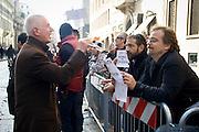 """""""Elezioni subito"""" manifestazione organizzata al teatro Manzoni da Giuliano Ferrara comntro il governo Monti..Discussione tra un contestatore e un sostenitore di Berlusconi"""