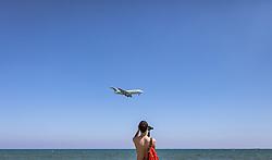 THEMENBILD - ein Tourist beobachtet die Landung eines Flugzeugs über den Mackenzie Beach an einem heissen Sommertag, aufgenommen am 16. August 2018 in Larnaka, Zypern // a tourist observes the landing of a plane over Mackenzie Beach on a hot summer Day, Larnaca, Cyprus on 2018/08/16. EXPA Pictures © 2018, PhotoCredit: EXPA/ JFK