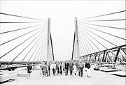 Nederfland, Zaltbommel, 15-5-1995De Martinus Nijhoffbrug is een kabelbrug of tuibrug over de rivier de Waal nabij Zaltbommel in de snelweg de A2 . De brug werd op 18 januari 1996 geopend door minister Jorritsma van Verkeer en Waterstaat. Op de foto is hij biojna klaar en houdt Rijkswaterstaat een open dag voor belangstellenden .Foto: Flip Franssen