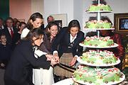 Prinsessen bezoeken 16 december 2005 tentoonstelling Bruiden van het Loo <br /> Hare Koninklijke Hoogheid Prinses Margriet der Nederlanden, Hunne Hoogheden Prinses Marilène, Prinses Annette, Prinses Anita en Prinses Aimée waren vrijdagmiddag 16 december bij de tentoonstelling Bruiden van Het Loo te Apeldoorn. <br /> <br /> Naast het bezoeken van de tentoonstelling, geven zij door middel van het aansnijden van een grote taart het startsein van de jaarlijkse kerstpresentatie Kerstmis op Paleis Het Loo. <br /> <br /> Princesses visit 16 December 2005 the exibition brides of the Loo Her royal highness princess Margriet of the The Netherlands,  princess Marilène, princess Annette, princess Anita and princess Aimée were Friday afternoon 16 December at the exibition brides of the Loo in apeldoorn. Beside visiting the tentoonstelling, giving they by means of cutting a large cake to the start signal of the annual start of the chrismas exibition.