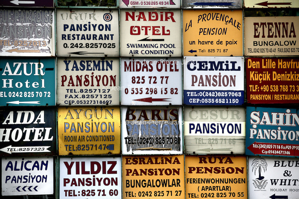 Turkije,Cirali, Antalya ,27 november 2007..De vele reclameborden van pensionnetjes in het ZuidTurkse kustplaatsje Cirali..Foto:Jean-Pierre Jans