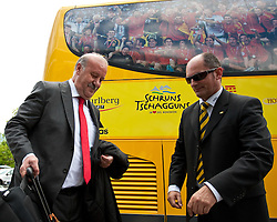 28.05.2010, Flughafen, Innsbruck, AUT, FIFA Worldcup Vorbereitung, Ankunft Spanien, im Bild Vicente del Bosque, Headcoache, EXPA Pictures © 2010, PhotoCredit: EXPA/ J. Groder / SPORTIDA PHOTO AGENCY
