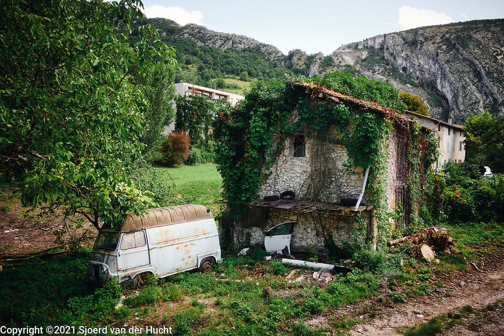 Pont-en-Royans, Drôme, Frankrijk - augustus 2021:Vervallen huis en auto bij bergdorp.   Pont-en-Royans, Drôme, France - August 2021: Dilapidated house and car at mountain village.