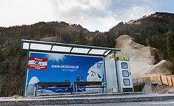 THEMENBILD - Skicircus Werbung bei einer leeren Bushaltestelle im grünen bei der Hochalmbahn, aufgenommen am 05. Dezember 2014, Hinterglemm, Österreich. Kein Wintereinbruch, Seilbahner warten auf Schnee bzw. auf einen Temperatursturz. Bergbahnen, die das kommende Wochenende mit dem Pistenbetrieb loslegen wollten, müssen noch warten, bis es kühler wird und damit eine Beschneiung möglich ist // Ski Circus Advertising with an empty bus stop and shows snowless slope at the Hochalmbahn cable car, Saalbach Hinterglem, Austria on 2014/12/05. EXPA Pictures © 2014, PhotoCredit: EXPA/ JFK