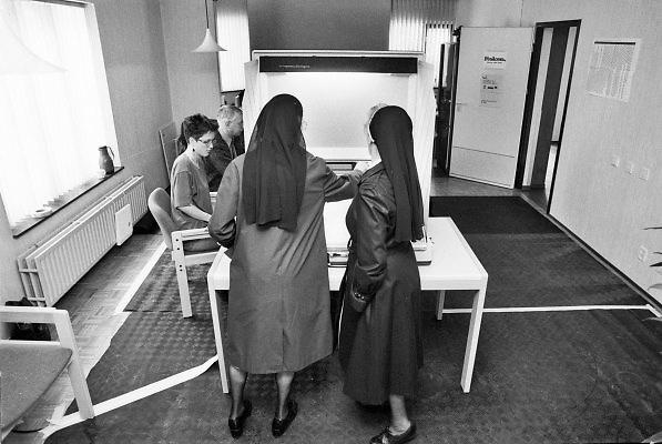 Nederland, Nijmegen, 1994Stemmen voor de tweede kamer. Stembureau, stemburo aan de Daalseweg bij een goede opkomst. Verkiezingen, stemmen voor de tweede kamer, democratie. Politiek en burger .Foto: Flip Franssen