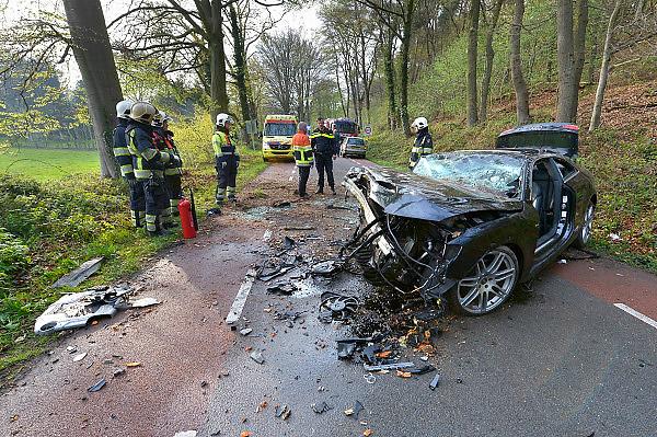 Nederland, Berg en Dal, 25-4-2015Een ongeval, ongeluk, met een auto, een audi,  die met hoge snelheid tegen een boom reed.De twee inzittenden werden gewond naar het ziekenhuis overgebracht. Zij waren van Poolse afkomst.FOTO: FLIP FRANSSEN/ HOLLANDSE HOOGTE