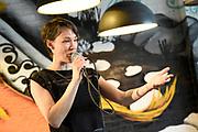 Boekpresentatie Ik Vrouw van Jou in LE:EN, Utrecht. Joyce en Scarlet zochten zaaddonor via YouTube, vonden hem en schreven er een boek over.<br /> <br /> op de foto:  Anne van Veen