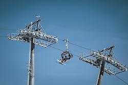 THEMENBILD - Skifahrer in einem Sessellift am Kitzsteinhorn Gletscher Skigebiet, aufgenommen am 09. April 2021 in Kaprun, Österreich // Skiers in a chairlift at the Kitzsteinhorn glacier ski resort, Kaprun, Austria on 2021/04/09. EXPA Pictures © 2021, PhotoCredit: EXPA/ JFK