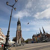 Nederland, Delft , 29 september 2010..Schrijver Kader Abdolah tijdens een wandeling door het centrum van Delft en de Bieslandse Bossen.. Markt met Nieuwe Kerk...View on the Markt and the Nieuwe Kerk (New Church)in Delft, the Netherlands