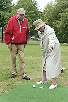 Marlof Strumphler geeft 1 keer week de bewoners van Bejaardentehuis Oldenhove in Overveen golfles. Mevrouw Stokvis in aktie. Foto Koen Suyk