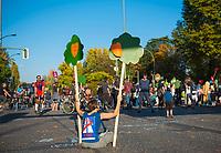 DEU, Deutschland, Germany, Berlin, 14.10.2018: Blockade der Kreuzung am S-Bahnhof Treptower Park, Kreuzung Elsenstraße/ Puschkinallee, aus Protest gegen den Weiterbau der Autobahn A100 durch Treptow, Friedrichshain und Lichtenberg.