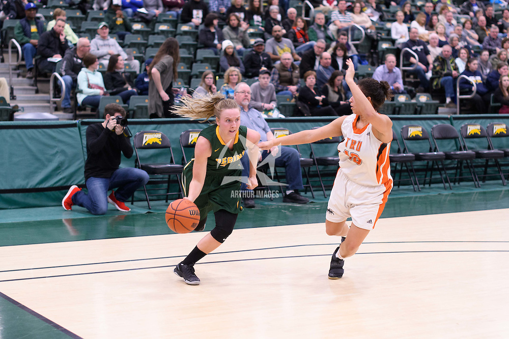 4th year guard Sara Hubenig (7) of the Regina Cougars during the 5th year night on February  11 at Centre for Kinesiology, Health and Sport. Credit: Arthur Ward/Arthur Images