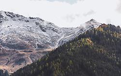 THEMENBILD - erster, frischer Schnee auf den Gipfeln, darunter verfärbte Lärchen im Nadelwald, aufgenommen am 10. Oktober 2019, Hinterglemm, Österreich // first fresh snow on the summits, including discoloured larches in the coniferous forest on 2019/10/10, Hinterglemm, Austria. EXPA Pictures © 2019, PhotoCredit: EXPA/ Stefanie Oberhauser