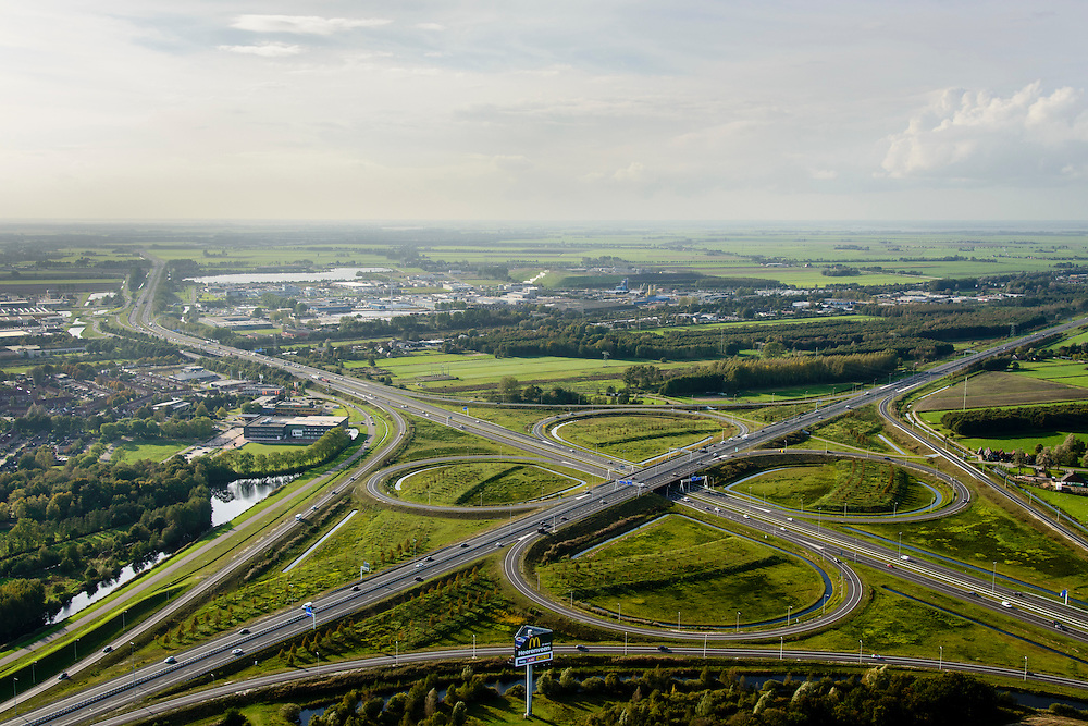Nederland, Friesland, Gemeente Heerenveen, 10-10-2014;  knooppunt Heerenveen, klaverblad. Kruising A32 en A7. <br /> Junction Heerenveen (Friesland, Northern Netherlands, cloverleaf).<br /> luchtfoto (toeslag op standard tarieven);<br /> aerial photo (additional fee required);<br /> copyright foto/photo Siebe Swart