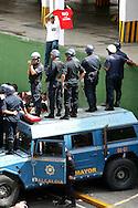 Un estudiante venezolano manifiesta frente a miembros de la Policía Metropolitana durante una marcha realizada en Caracas hoy, 1 de noviembre de 2007, en rechazo al proyecto de reforma constitucional impulsado por el presidente venezolano, Hugo Chávez para diciembre próximo. Las diferentes marchas llegaron hasta la sede del Poder Electoral. (ivan gonzalez)..