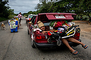 Un migrante viaja en el baúl de un carro, en el recorrido desde Sayula hasta Isla, Estado de Veracruz. México. 03/11/2018<br /> <br /> A mediados de octubre 2018, miles de migrantes hondureños abandonaron sus casas para emprender el viaje hasta los Estados Unidos, recorriendo casi 5.000 kilómetros hasta la ciudad fronteriza de Tijuana en menos de dos meses.<br /> Las 10.000 personas (según estimaciones de la UNCHR) que conformaron la caravana visibilizaron el fenómeno migratorio por primera vez en Centroamérica, denunciando las problemáticas de extrema pobreza y violencia presentes en los lugares de origen.