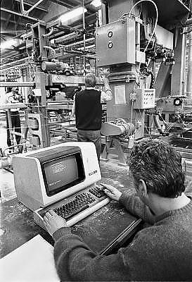 Nederland, Enschede, 15-10-1987Fabrikage van banden,autobanden en fietsbanden, bij bandenfabriek Vredestein. op de werkvloer heeft de eerste automatisering en procesbewaking via de computer zijn intrede gedaan.Foto: Flip Franssen/Hollandse Hoogte