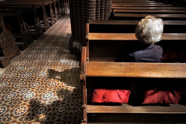 Nederland, Leeuwarden, 17-8-2018Een oudere vrouw zit in de kerkbanken van de Sint Bonifatiuskerk .Foto: Flip Franssen