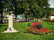 Krynica-Zdrój 29-09-2019. Pomnik inż. Leona Nowotarskiego,  jednego z współtwórców świetności uzdrowiska. Pomnik zlokalizowany jest na krynickim Deptaku.