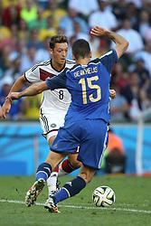 13.07.2014, Maracana, Rio de Janeiro, BRA, FIFA WM, Deutschland vs Argentinien, Finale, im Bild vl. Mesut Oezil (GER) gegen Martin Demichelis (ARG) // during Final match between Germany and Argentina of the FIFA Worldcup Brazil 2014 at the Maracana in Rio de Janeiro, Brazil on 2014/07/13. EXPA Pictures © 2014, PhotoCredit: EXPA/ Eibner-Pressefoto/ Cezaro<br /> <br /> *****ATTENTION - OUT of GER*****