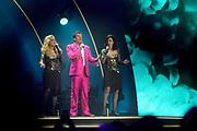 Gerard Joling tijdens zijn concert LEKKER  in een uitverkocht Ziggo Dome.<br /> <br /> Op de foto:  Gerard Joling met Maywood ( Alice May en Caren Wood )