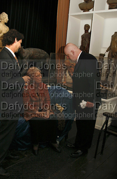 Dru Heinz and James Fenton, Book Launch of ' School of Genius' by James Fenton. Life Room of the Royal academy Schools. Royal academy of arts. London W1. 6 April 2006. ONE TIME USE ONLY - DO NOT ARCHIVE  © Copyright Photograph by Dafydd Jones 66 Stockwell Park Rd. London SW9 0DA Tel 020 7733 0108 www.dafjones.com