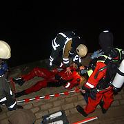 Eindejaarsoefening brandweer Huizen.duikers, duikers, vermoeid, slachtoffer, redbrancard, redding, wal, avond, nacht