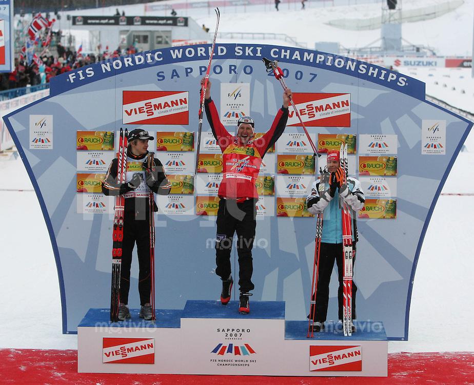 Sapporo , 280207 , Nordische Ski Weltmeisterschaft  Maenner 15km Freistil ,  Leanid KARNEYENKA (BLR) , Lars BERGER (NOR) und Tobias ANGERER (GER) auf dem Podium